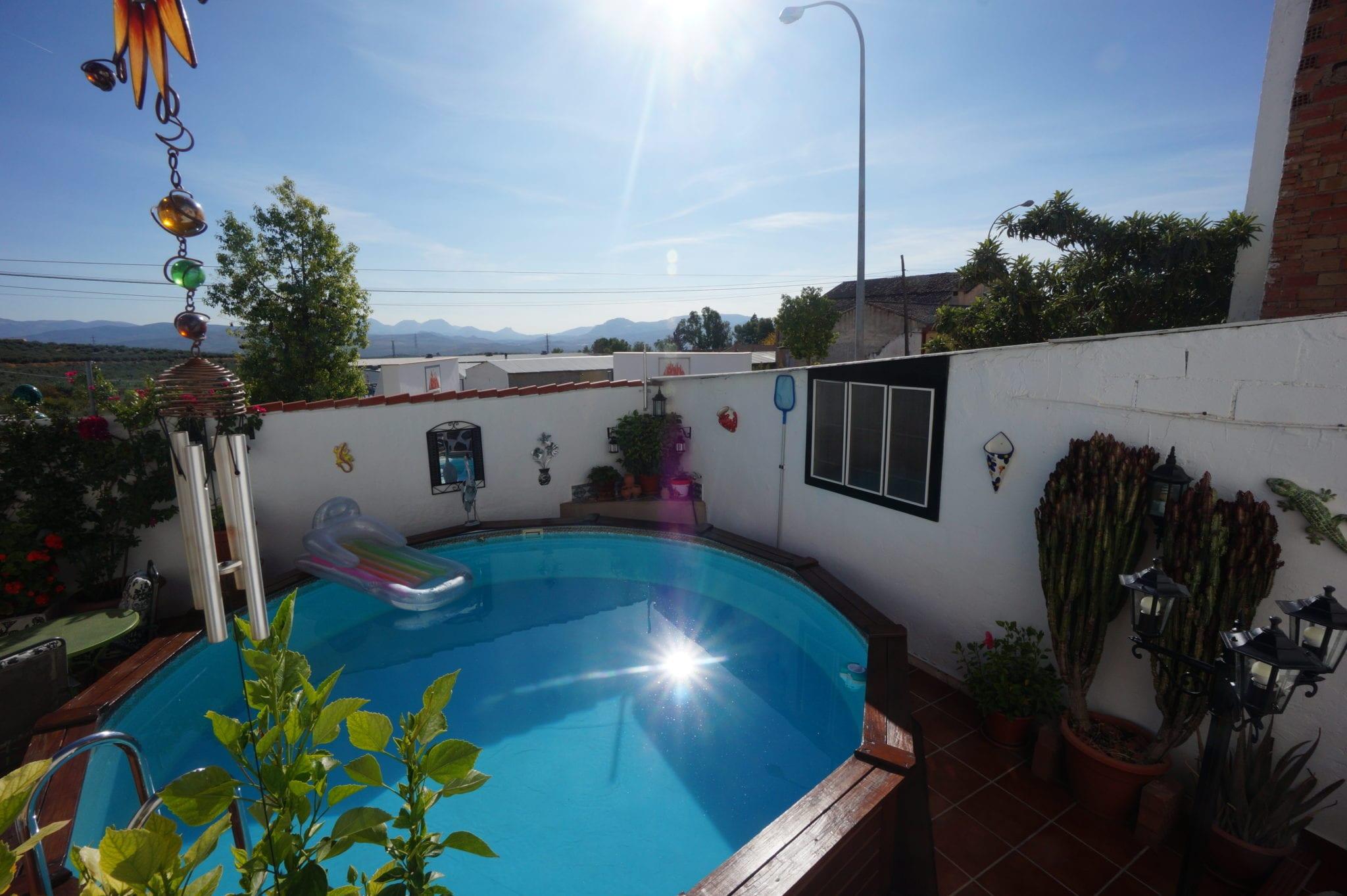 Casa con Patio, Piscina y Cochera en Alcaudete.
